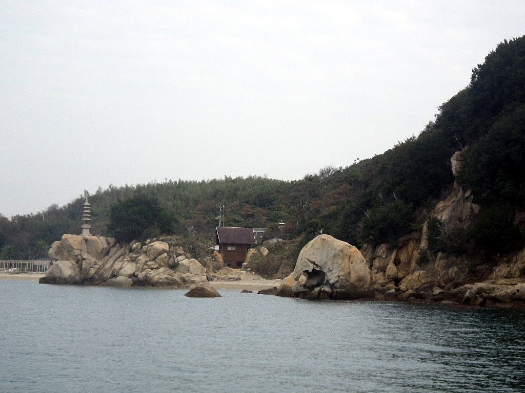 六口島、海から見る天然記念物象岩
