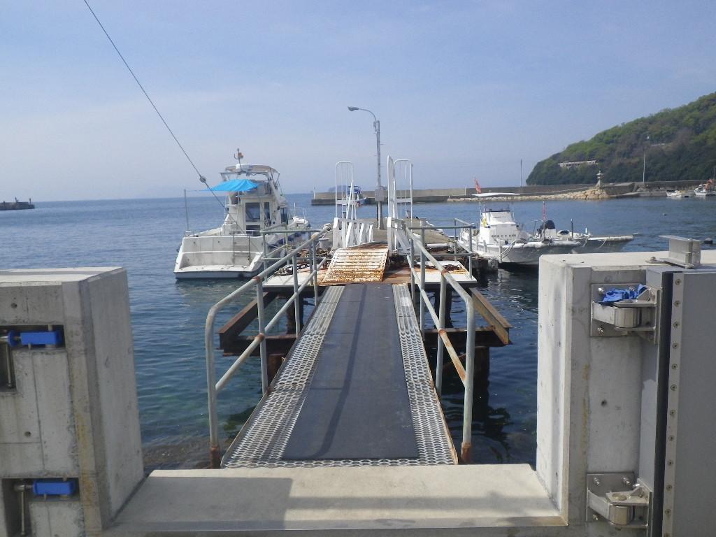 坂手港では百万両釣具店の桟橋に係留
