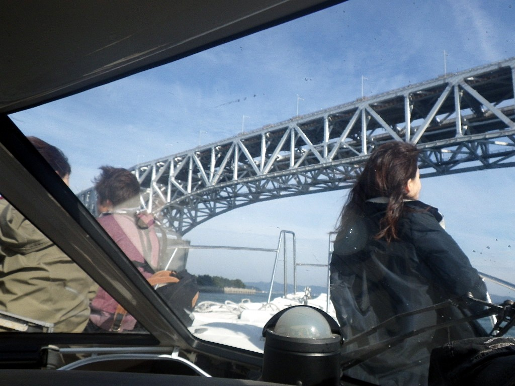 瀬戸大橋をくぐる