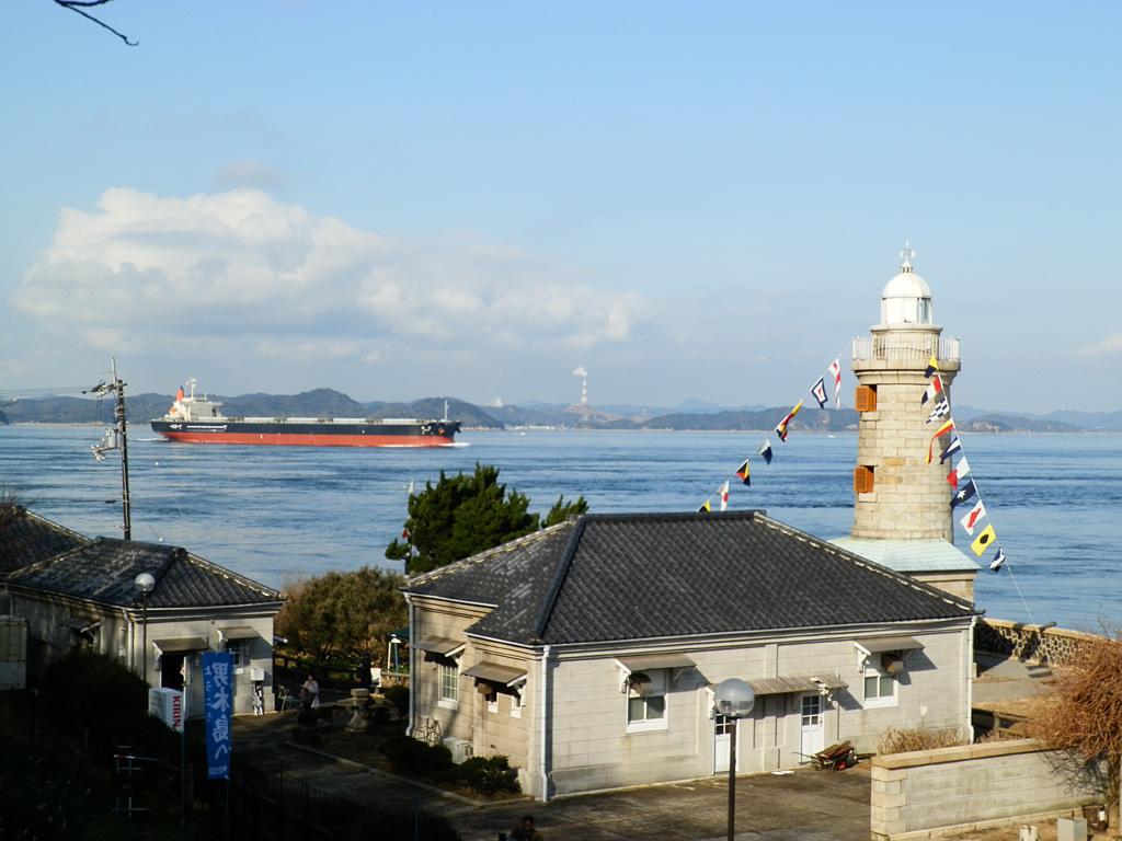 男木島灯台と船