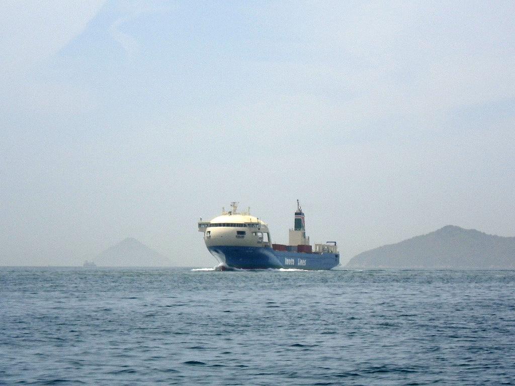 風変わりなコンテナ船