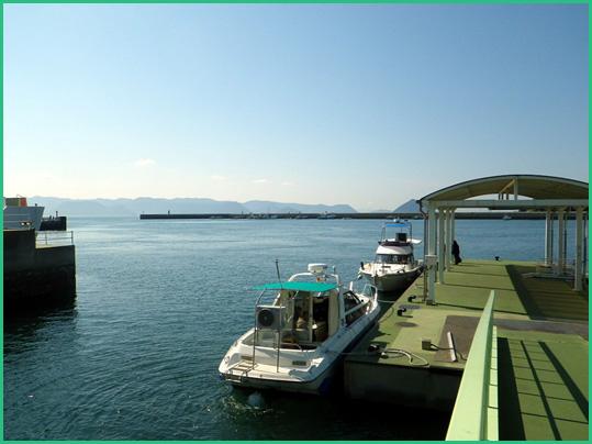 直島宮浦港の乗り場桟橋の写真